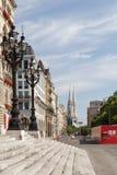 De straatmening van Wenen met Stadhuistorens in de uiterst rechtse kant Royalty-vrije Stock Foto