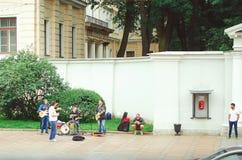 De straatmusici spelen op de buitenkant in de stad van St. Petersburg voor voorbijgangers royalty-vrije stock afbeelding