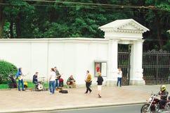 De straatmusici spelen op de buitenkant in de stad van St. Petersburg voor voorbijgangers royalty-vrije stock foto