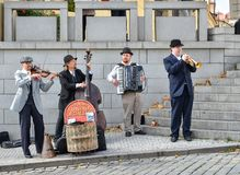 De straatmusici spelen op Charles Bridge, de Tsjechische Republiek van Praag De Oude Stad van Praag Royalty-vrije Stock Foto's