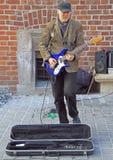 De straatmusicus speelt gitaar openlucht in Krakau, Polen stock afbeeldingen