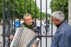 De straatmusicus speelt de harmonika bij straat royalty-vrije stock foto