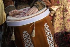 De straatmusicus speelt de traditionele Aziatische trommel Close-up royalty-vrije stock foto's