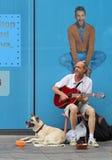 De Straatmusicus van Zagreb/Gitaarspeler met Hond stock afbeelding