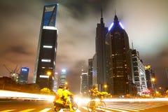 De straatscène in Shanghai Lujiazui bij nacht, China Stock Afbeelding