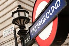 De straatschild en undreground teken van het Piccadillycircus Stock Foto