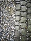 De straatsteenkubus legt op de grond Stock Foto