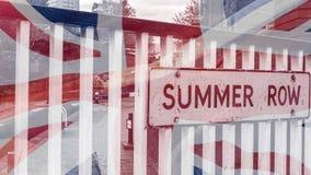 De Straatteken van de de zomerrij met Unie Jack British Flag wordt gemengd dat Stock Fotografie