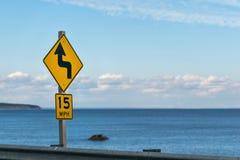 De straatteken van de tempogrens, tegen de horizon en de blauwe hemel op een zonnige dag royalty-vrije stock afbeeldingen