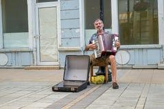 De straatuitvoerder zingt aan harmonika royalty-vrije stock afbeelding