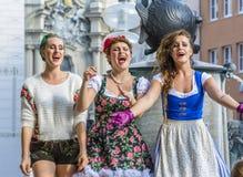 De straatuitvoerders, kleedden zich in Beierse traditionele kostuums, binnen Royalty-vrije Stock Foto's