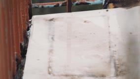 De straatvensterbank is volledig van water Close-up in de regen stock footage