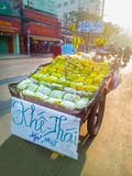 De straatventer van het Carambolafruit in Ho Chi Minh Stock Afbeelding
