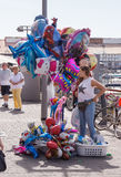 De straatventer verkoopt ballons op de waterkant in Yafo, Israël Royalty-vrije Stock Foto