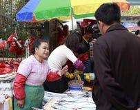 De straatventer verkoopt hairtail Stock Fotografie
