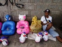 De straatventer verkoopt opblaasbaar rubberspeelgoed Royalty-vrije Stock Fotografie