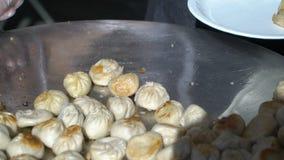 De straatventers koken traditionele de bolmomos van Nepalese