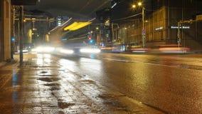 De straatverkeer van Tallinn bij nacht stock afbeeldingen