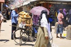De straatverkoper verkoopt vers brood Stock Afbeelding
