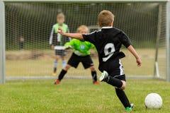 De strafschop van het jonge geitjesvoetbal Royalty-vrije Stock Foto