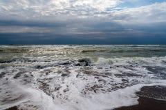 De stralen die van de zon door de onweerswolken over het overzees overgaan Royalty-vrije Stock Fotografie