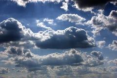 De stralen die van de zon door wolken glanzen Royalty-vrije Stock Foto
