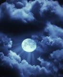 De stralen en de wolken van de maan in hemel Stock Afbeelding