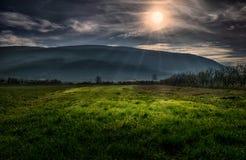 De stralen van de avondzon op een landschap Royalty-vrije Stock Foto