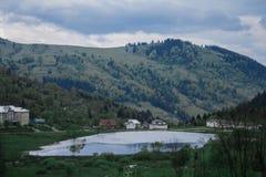 De stralen van de de mistzon van de ochtenddauw in bergen Royalty-vrije Stock Afbeelding