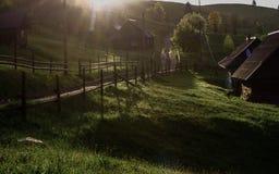 De stralen van de ochtendzon in het huis van mistbergen Royalty-vrije Stock Fotografie