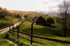 De stralen van de ochtendzon in het huis van mistbergen Royalty-vrije Stock Foto's