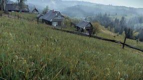 De stralen van de ochtendzon in het huis van mistbergen Royalty-vrije Stock Afbeeldingen