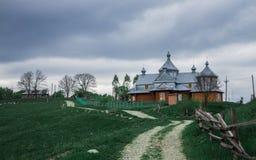 De stralen van de ochtendzon in het huis van mistbergen Stock Foto