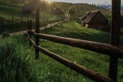 De stralen van de ochtendzon in het huis van mistbergen Stock Fotografie
