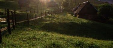 De stralen van de ochtendzon in het huis van mistbergen Royalty-vrije Stock Foto