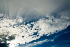 De Stralen van de zon achter Wolken Stock Afbeelding