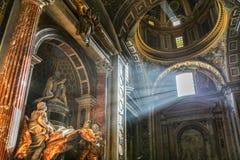 De stralen van de zon in de Heilige Peter Cathedral Royalty-vrije Stock Afbeeldingen
