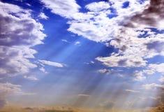 De stralen van de zon in de hemel Royalty-vrije Stock Fotografie