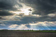 De stralen van de zon die van de wolken barsten Stock Afbeeldingen