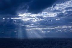 De Stralen van de zon door Wolken Stock Fotografie