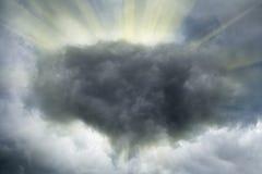 De stralen van de zon in een dramatische stormachtige hemel Stock Fotografie