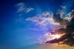 De stralen van de zon en donkere wolken Stock Foto's