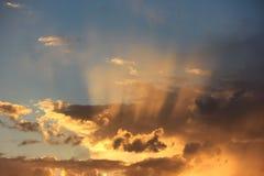 de stralen van de zon op de zonsonderganghemel royalty-vrije stock foto