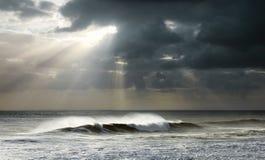 De Stralen van de zon op Oceaan Stock Fotografie