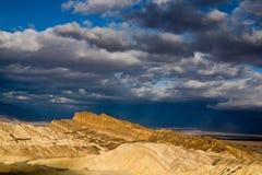 De Stralen van de zon over de Vallei van de Dood Stock Afbeelding
