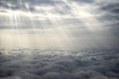 De stralen van de zon over de wolken Royalty-vrije Stock Foto