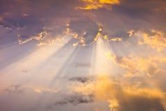 De straling van de zon in wolken Stock Foto