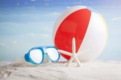De strandbal en snorkelt masker op het strand Stock Foto's