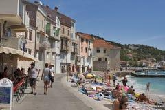 De strandboulevard van Baska, Kroatië stock afbeeldingen
