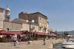 De strandboulevard van Krk, Kroatië Stock Afbeeldingen